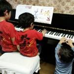 兄弟でピアノを弾いてます